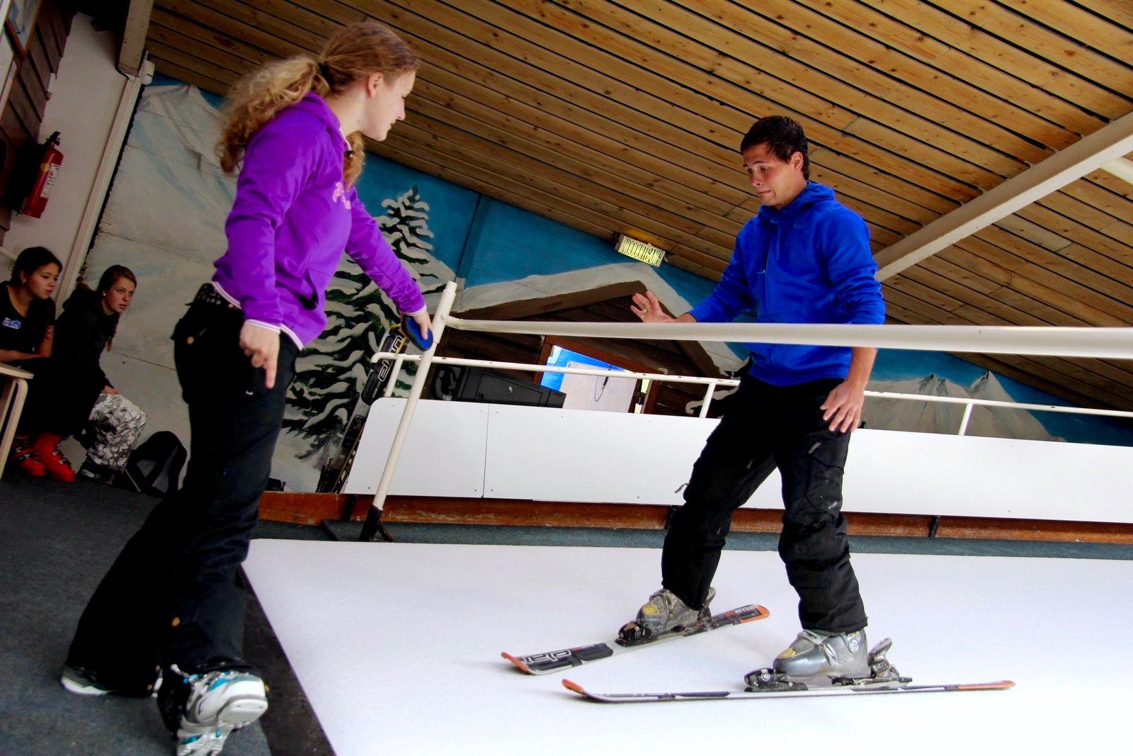 Leraar van SkiDiscovery geeft les op rollerbaan