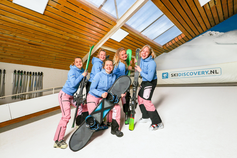 Groep mensen bij indoor skibaan