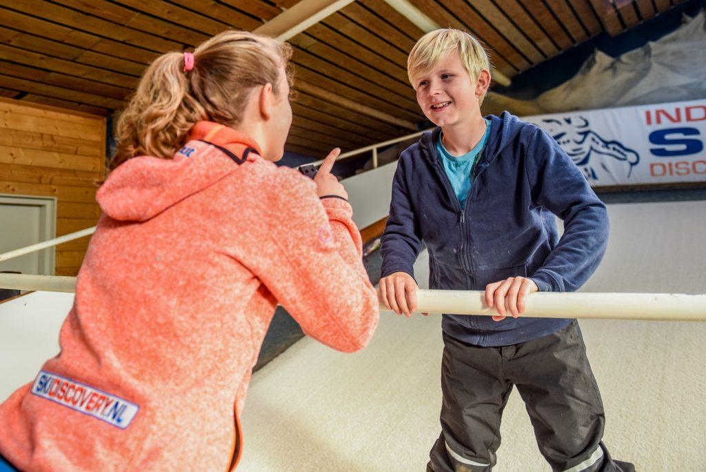 Jongen krijgt skiles op rollerbaan
