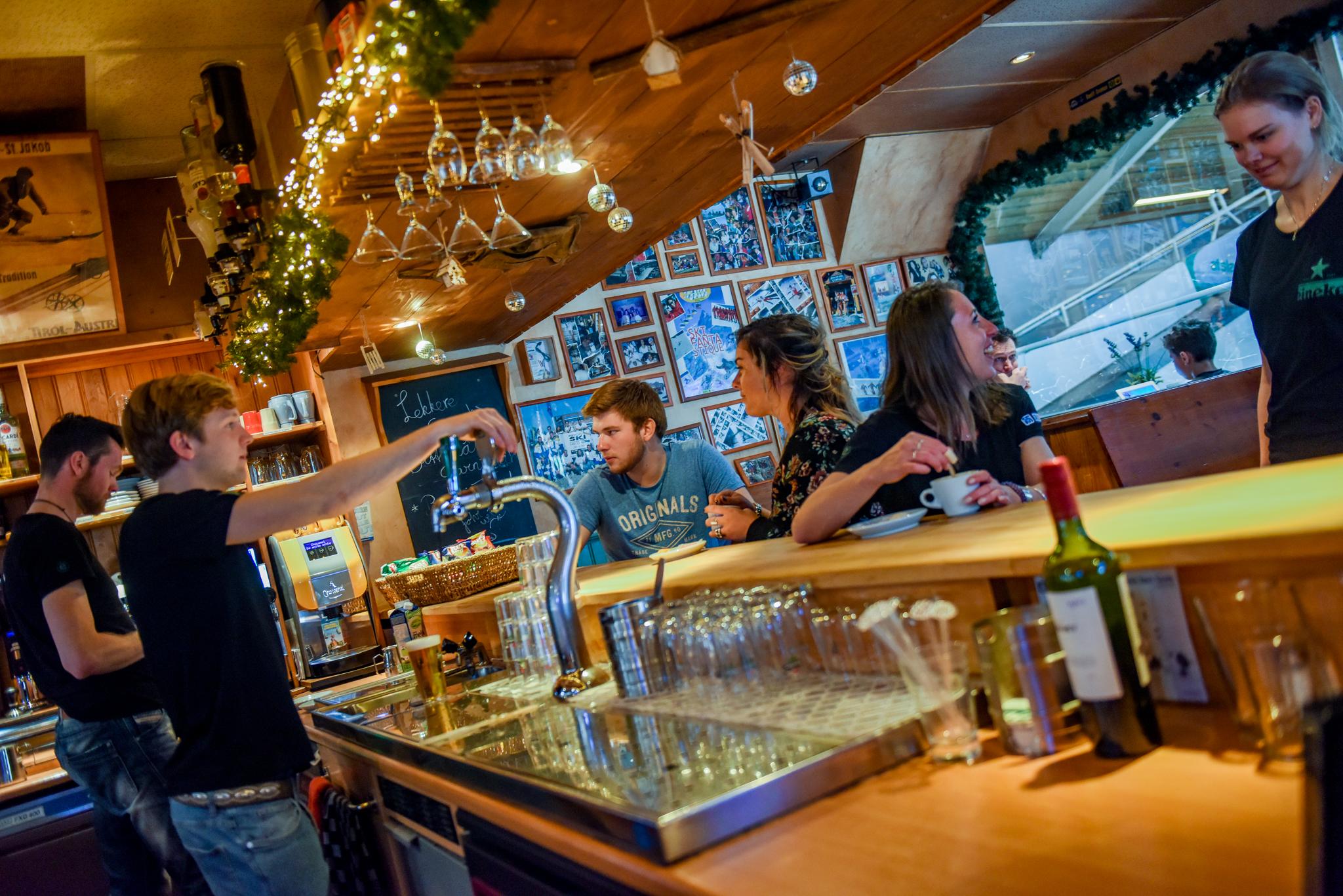 Bar SkiDiscovery met uitzicht op rollerbaan